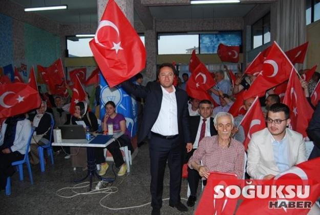 AK PARTİ İLÇE TOPLANTISINDA TÜRK BAYRAĞI DAĞITTI